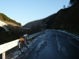 雪の残る峠道